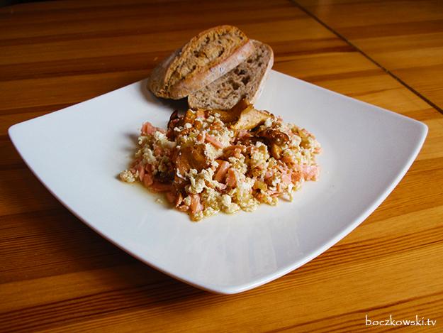 Jajecznica z łososiem i kurkami